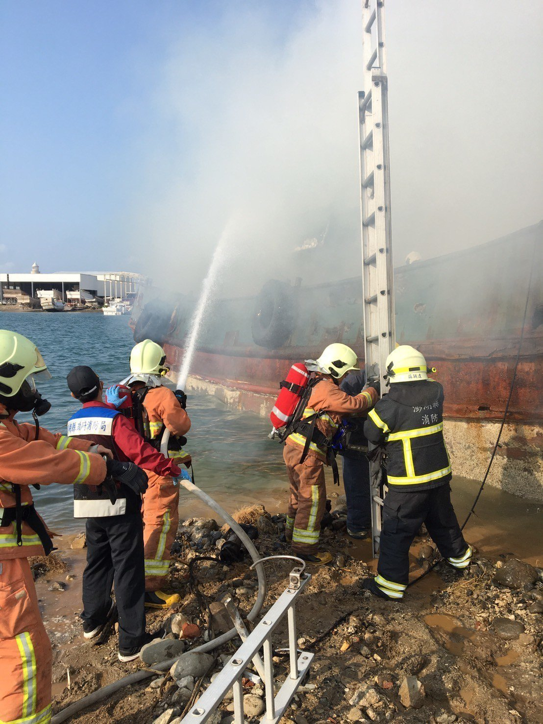 馬公市案山漁港一艘廢棄鐵殼船發生火警,消防員噴水灌救。記者徐白櫻/翻攝