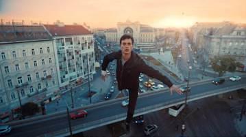 不讓漫威電影專美於前,享譽全球的匈牙利名導柯諾穆恩德秋新片「天使追殺令」也出現能飛天遁地的超級英雄,不僅風光入選坎城競賽片,更一改觀眾對歐洲電影的既定印象。該片劇情描述一名難民在逃亡時突獲神力,誤遭...