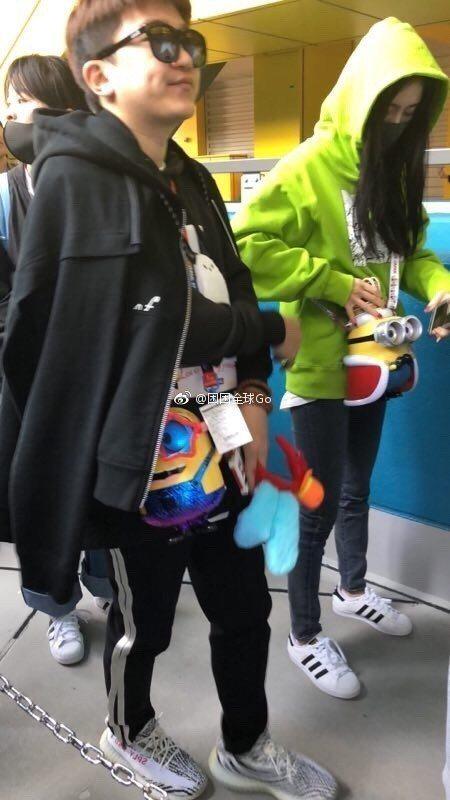 楊冪(右)被拍到與好友張大大(左)同遊日本。圖/摘自微博