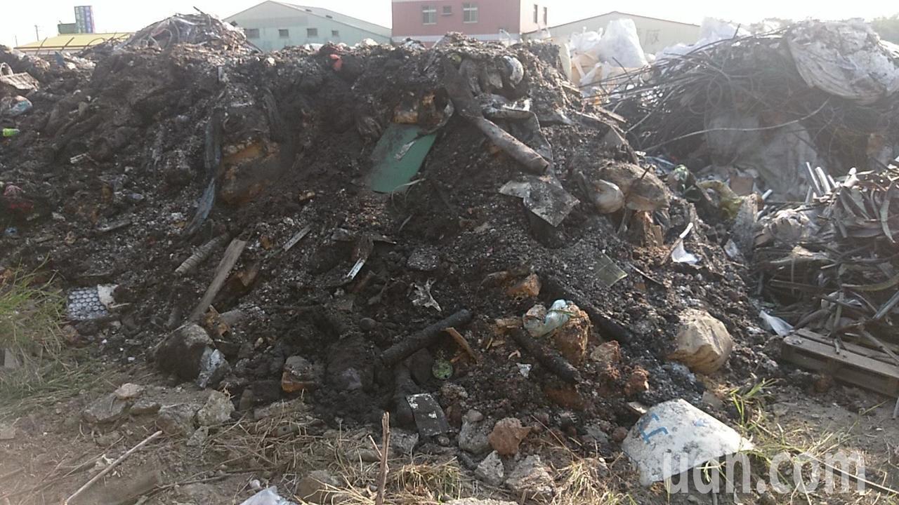 嘉義縣水上鄉大崙村168縣道近水上交流道旁一處空地,日前被堆放大量廢棄物,環保局...