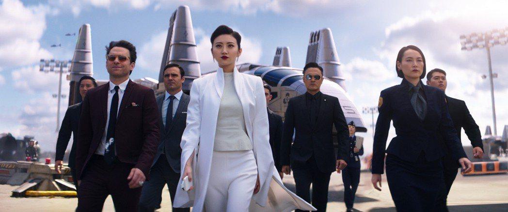 景甜(左4白衣女性)在「環太平洋2」中飾演要角。圖/UIP提供