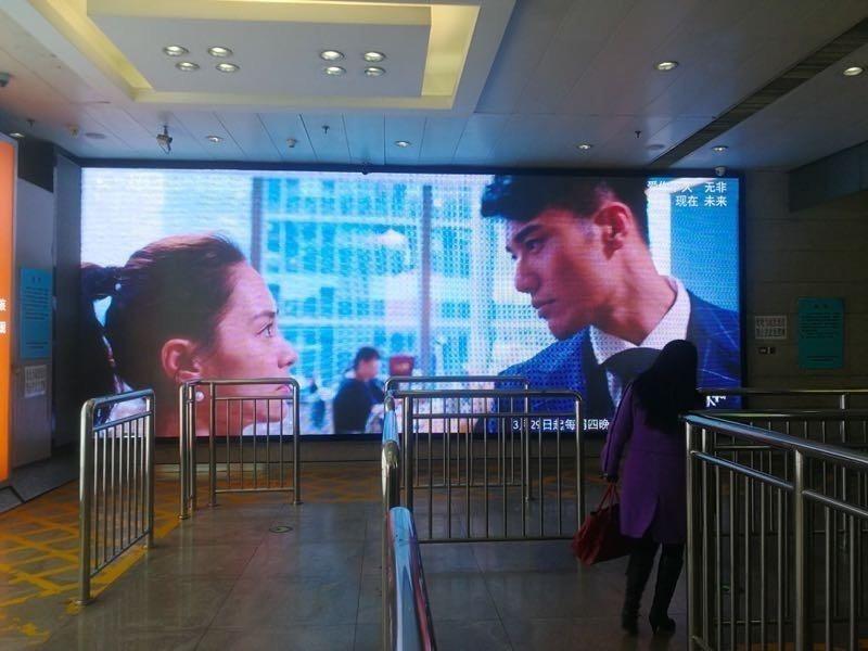 「動物系戀人啊」在各大城市地鐵站、公車站等公共區域用大屏幕放送預告。圖/周子娛樂