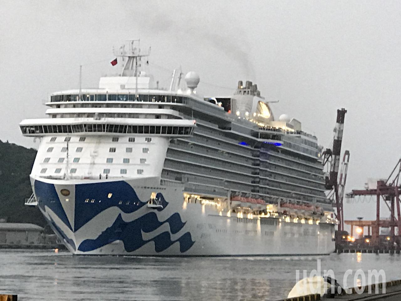 盛世公主以基隆港為母港,載客到日本賞櫻,傍晚公主啟航,吸引許人到岸邊聽鳴笛聲,送...