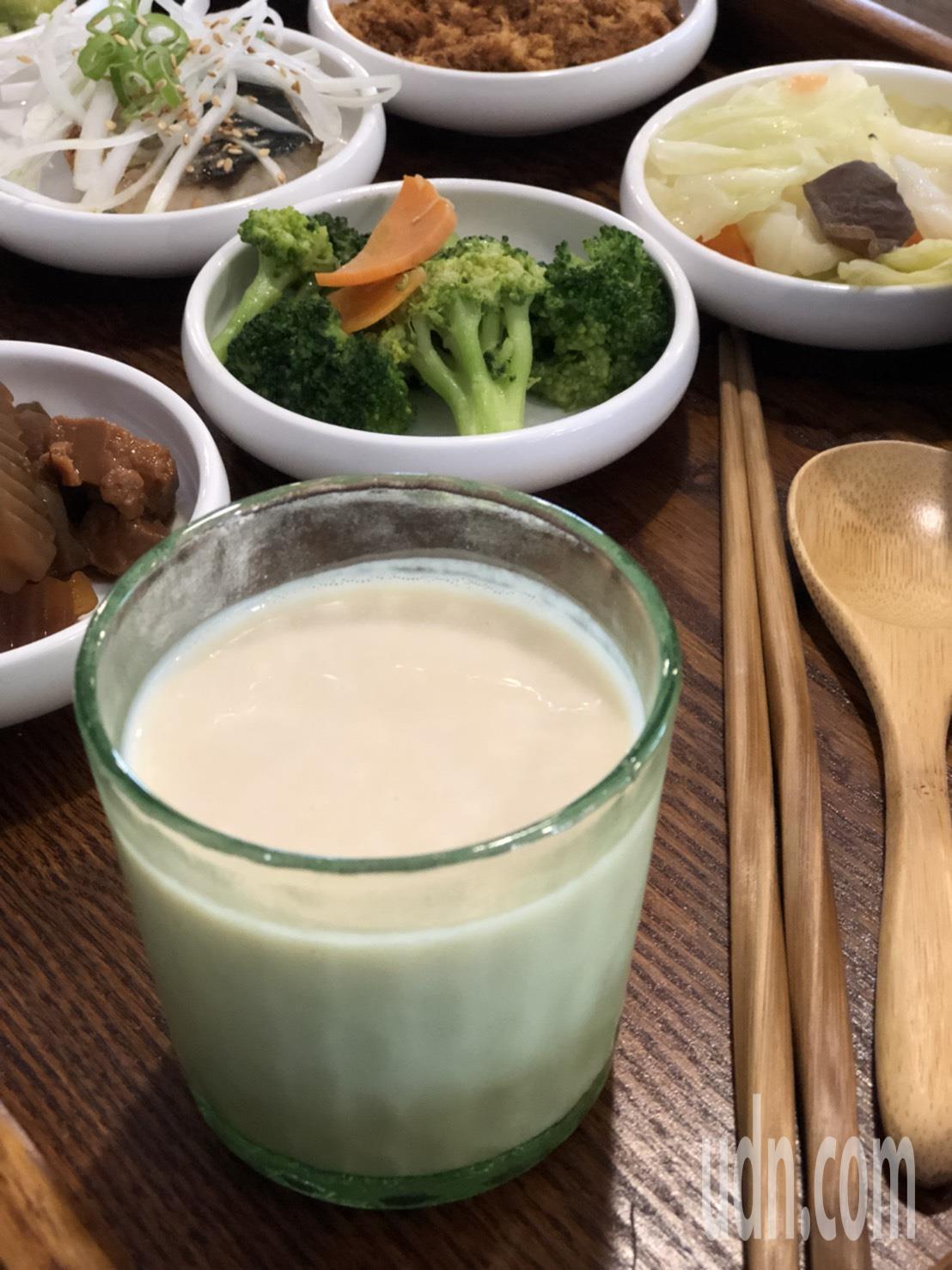 嘉義市榮町市場「春泱‧粗食宴」推出九宮格中式早餐,能喝到滋味濃郁的無濾渣低糖豆漿...