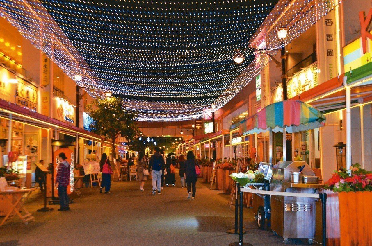 百老匯美食街有40多種澳門道地小吃。 記者魏妤庭/攝影