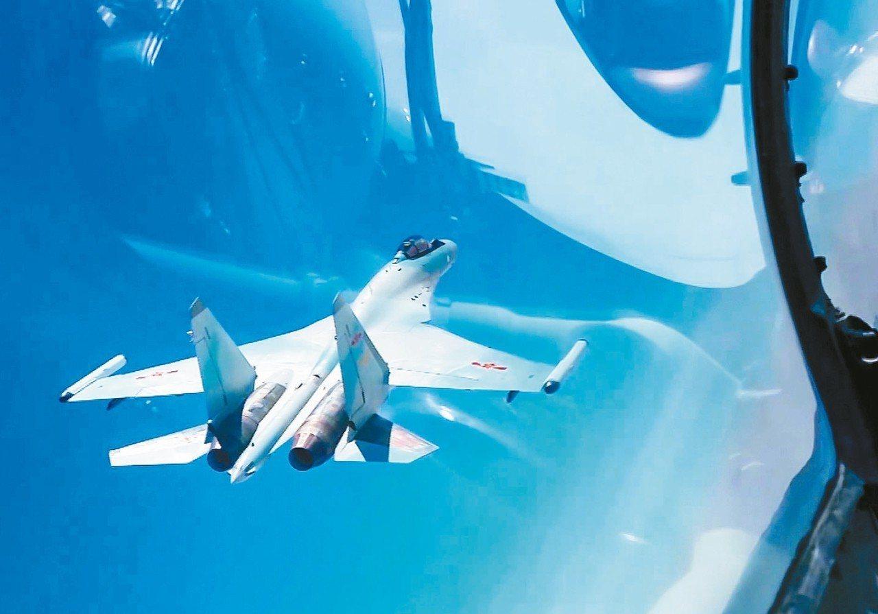 中共空軍戰機繼23日遠海長航訓練後,昨又再次長航訓練。圖為新華社前天發布23日穿...