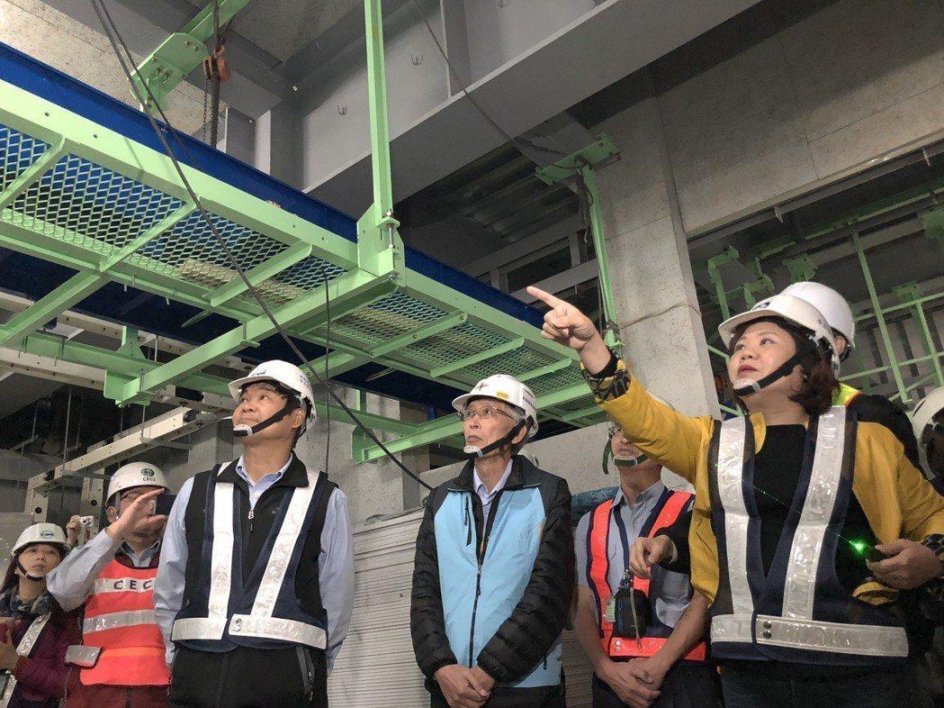 許銘春(右)率隊到桃機第二航廈擴建工程突擊。圖/聯合報系資料照片