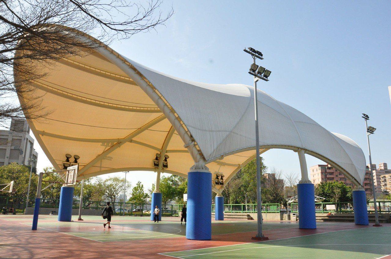 桃園市自104年開始耗資2億400萬在各區興建17座天幕籃球場。 聯合報系資料照...