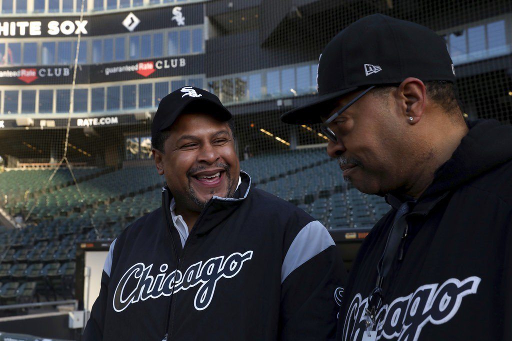 49歲的柯爾曼(左)因冤獄坐牢23年,入獄前就是白襪工作人員,如今球團溫馨的迎接...
