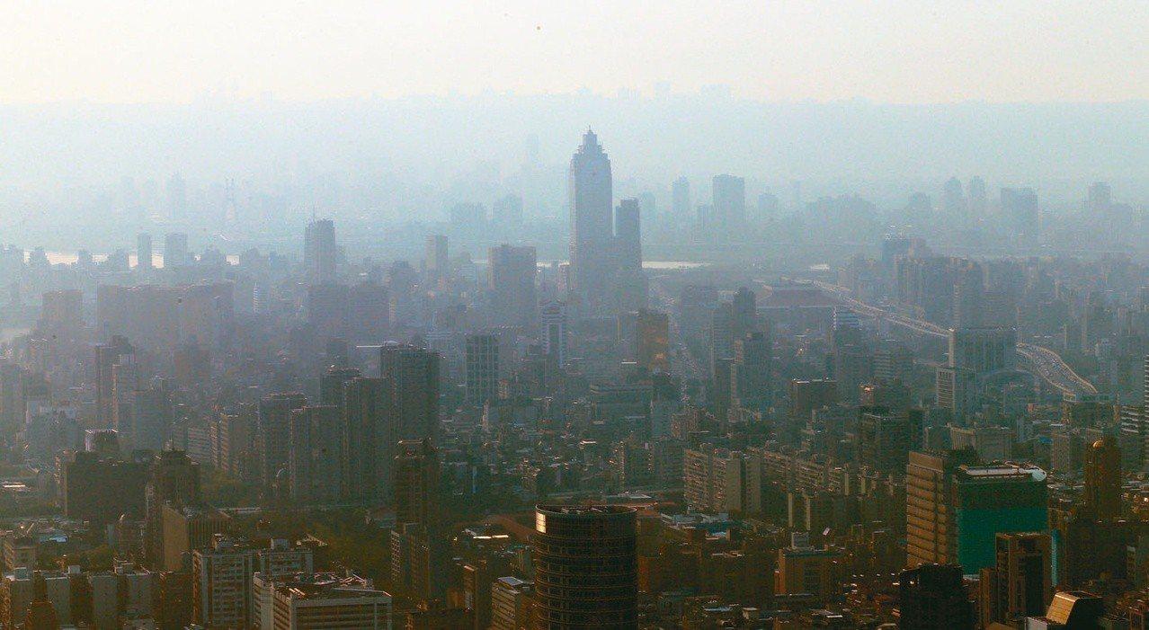 立法院即將逐條審查「空氣污染防制法」修正草案,行政院版修正重點之一「提高罰鍰額度...