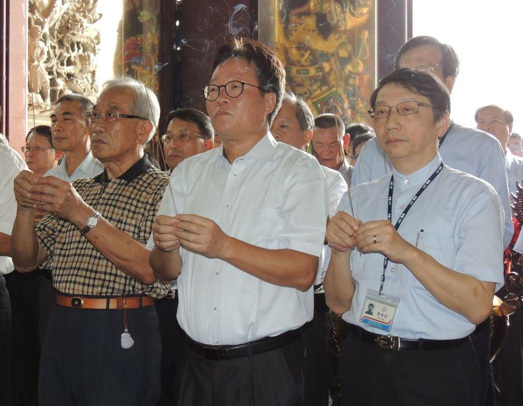 陳金德(中)就任中油董事長第二天,就拜訪後勁地方人士,並去廟宇參拜。 圖/聯合報...