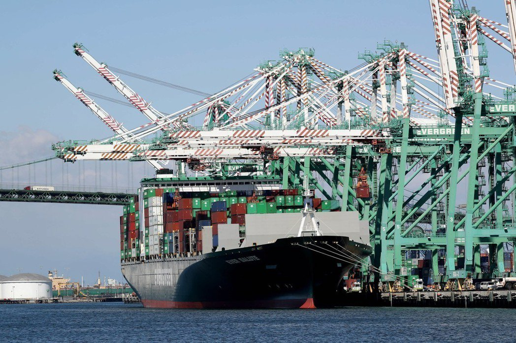世界兩大經濟體的貿易戰出現舒緩跡象,激勵全球股市26日盤中翻揚,美股漲逾500點...