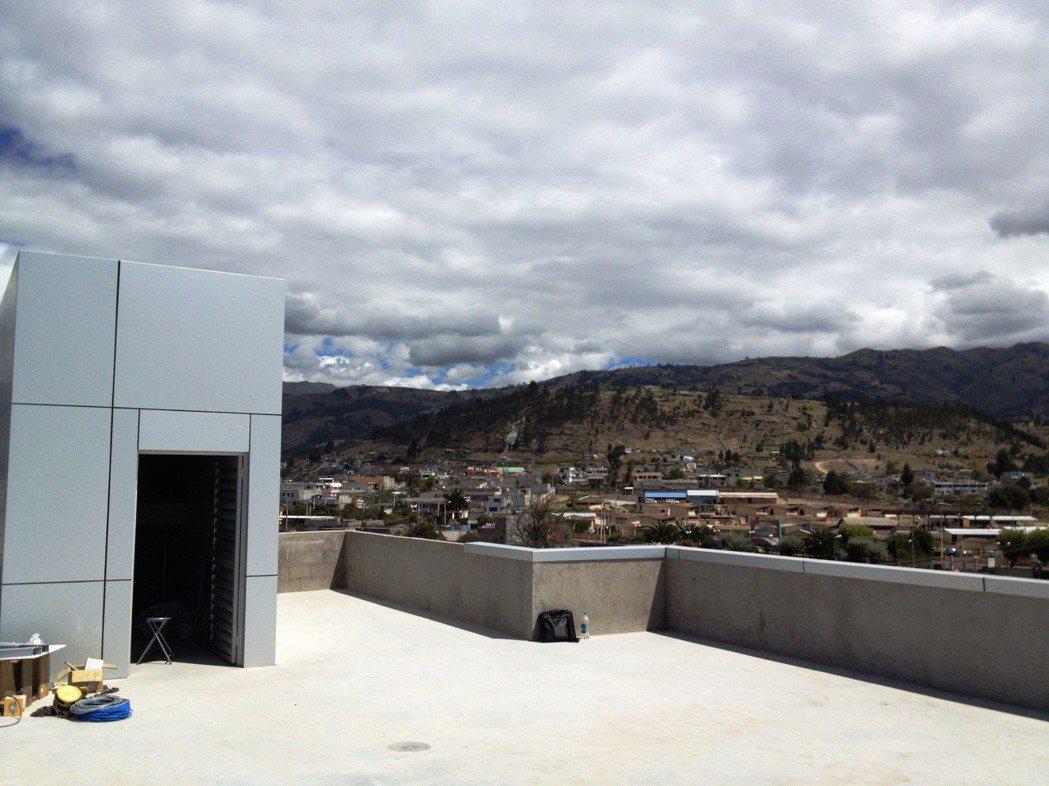 厄瓜多海拔3500公尺高原上的市政廳,該城市第一台電梯,遠處可見安地斯山脈。