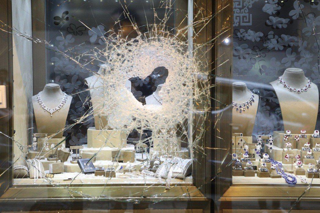 3名哥倫比亞鐵鎚幫劫匪昨天上午在中環威靈頓街一間珠寶行店外,分持兩個大鐵鎚狂敲櫥...