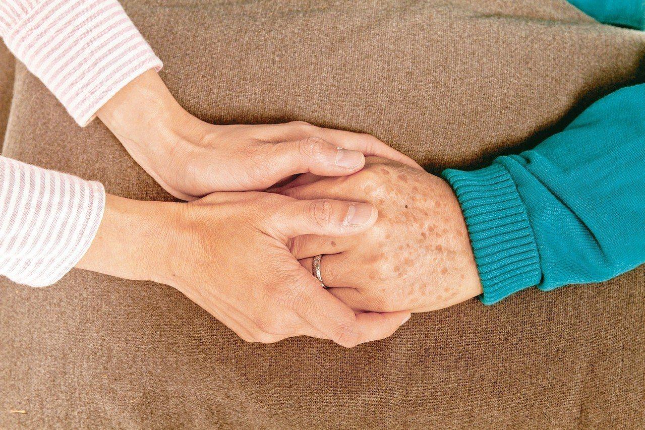 醫師建議,家人確診失智時,就盤點好患者與家屬可用的資源。 圖/聯合報系資料照片