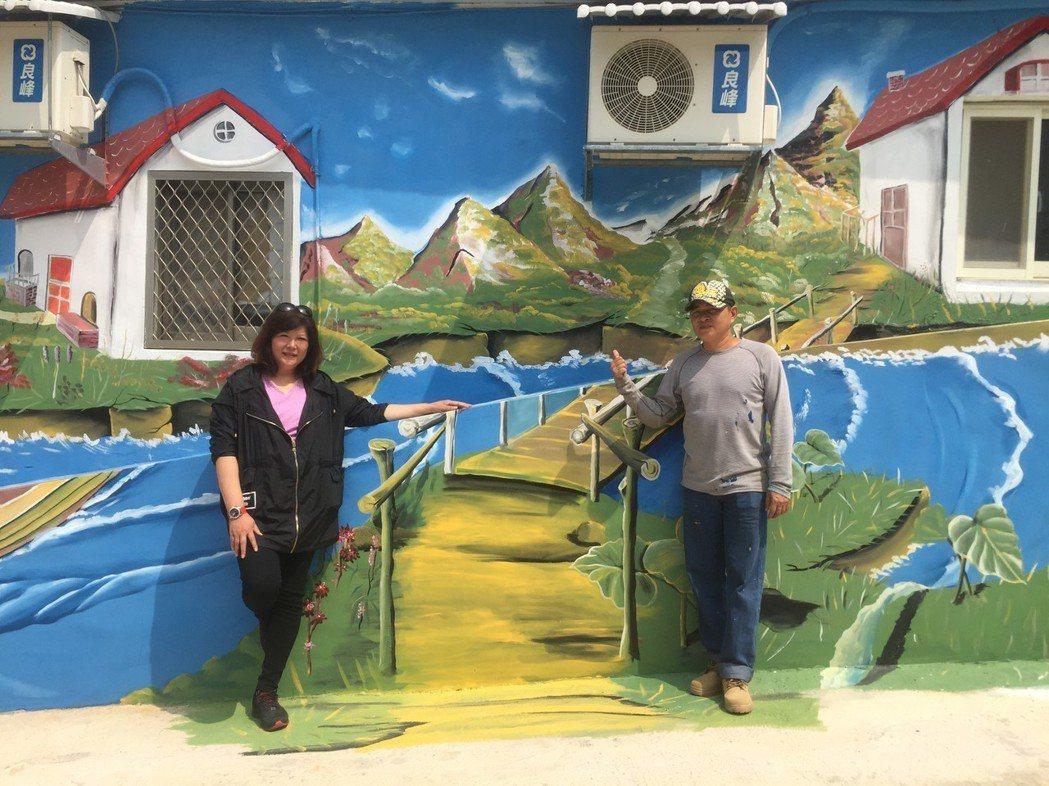 油漆工謝奇龍(右)3D彩繪烈嶼民宅,連日來吸引不少當地居民和遊客前來拍照打卡;屋...