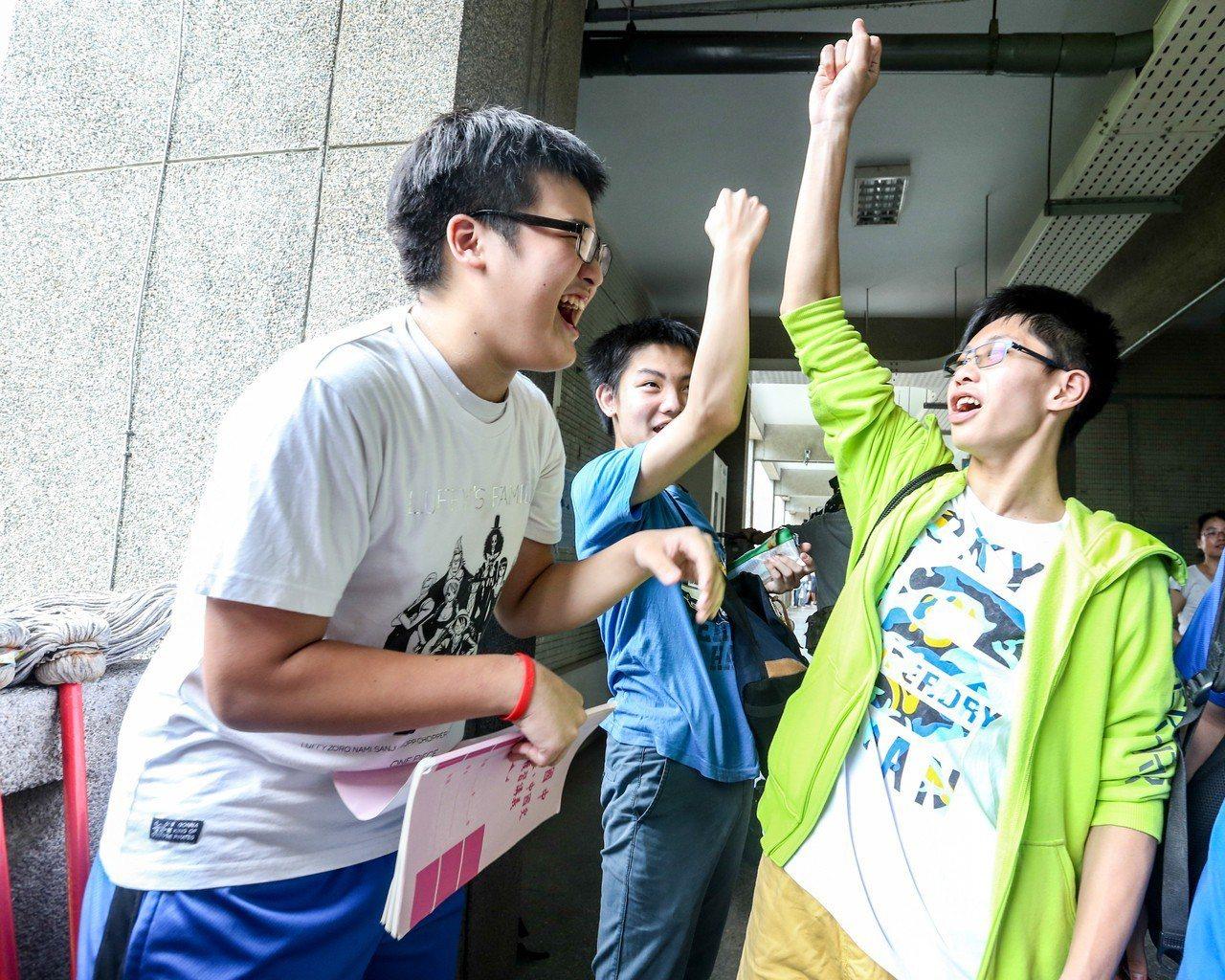 國中教育會考考生進考場前大喊加油,給彼此打氣。聯合報系資料照/記者程宜華攝影