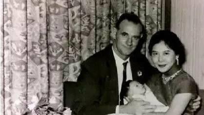 黃秋生父親(左)、母親(右)與剛出生的他合照。 圖/擷自黃秋生臉書