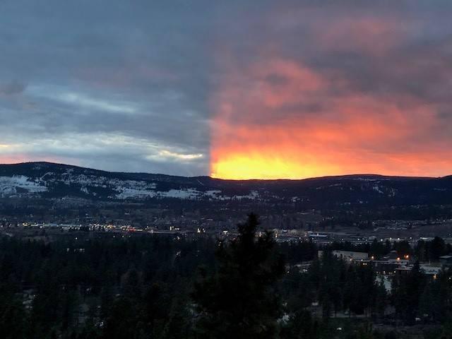 加拿大日前天空出現「陰陽天」奇景,民眾紛紛拍照留念。圖/取自《加拿大新聞網》