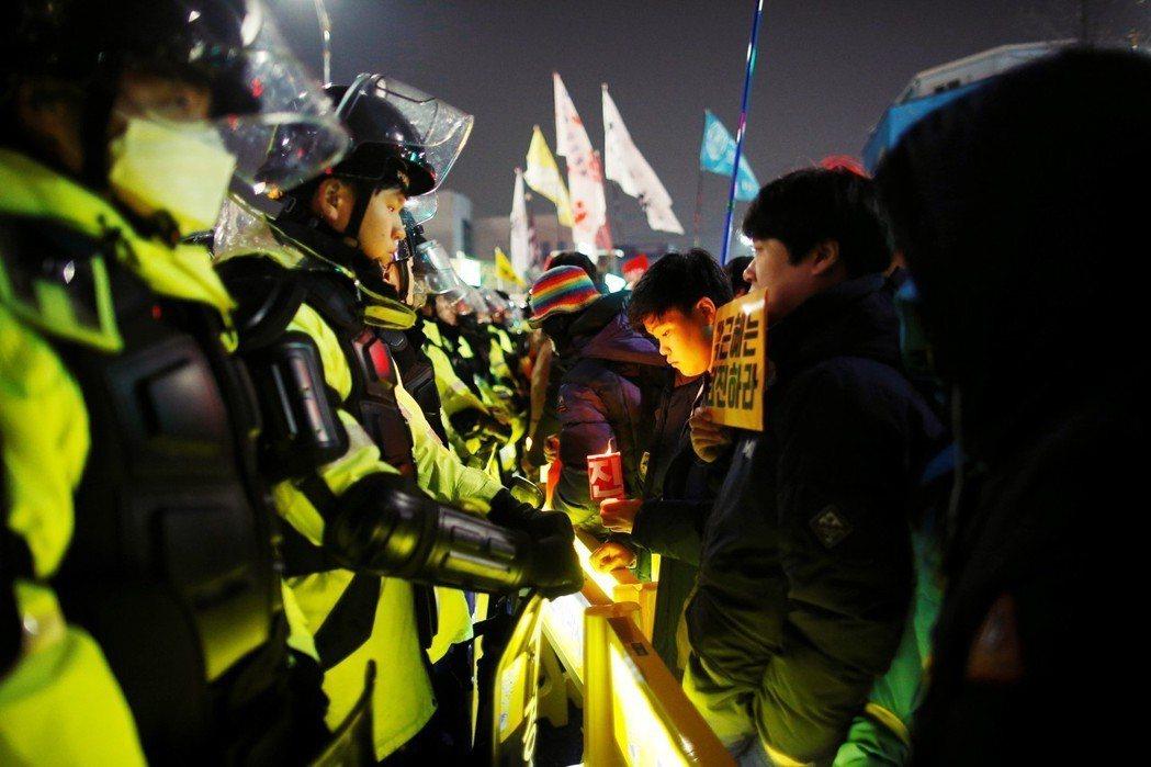 朴槿惠事件,讓南韓民眾意識到,總統坐擁過大權力,出事若不負責,將讓政局陷入空轉。...