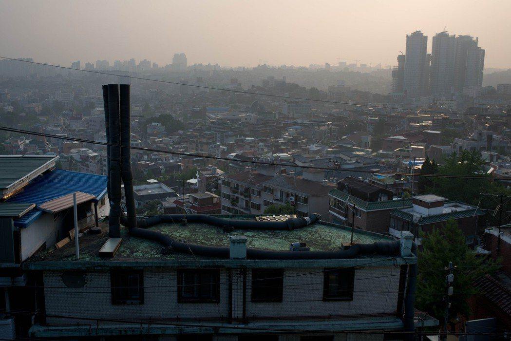 目前南韓剛破5千萬的人口中,首爾就佔了991萬人;若算包括首爾與周圍郊區的首都圈...