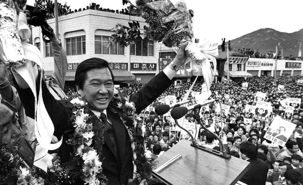 在1987年修憲協商中,反對派領袖金大中(圖),也曾要求將選舉年齡下修至18歲,...