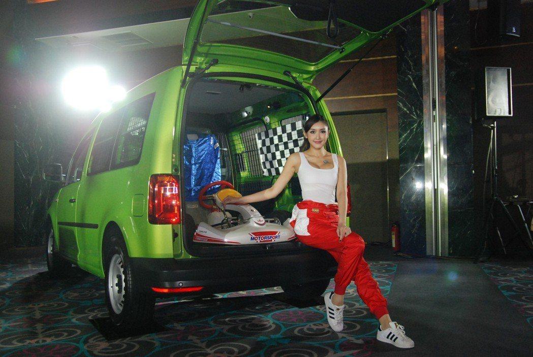 Caddy Van 1.2TSI 採用上掀式尾門設計,並配有固定式車窗,後廂空間...