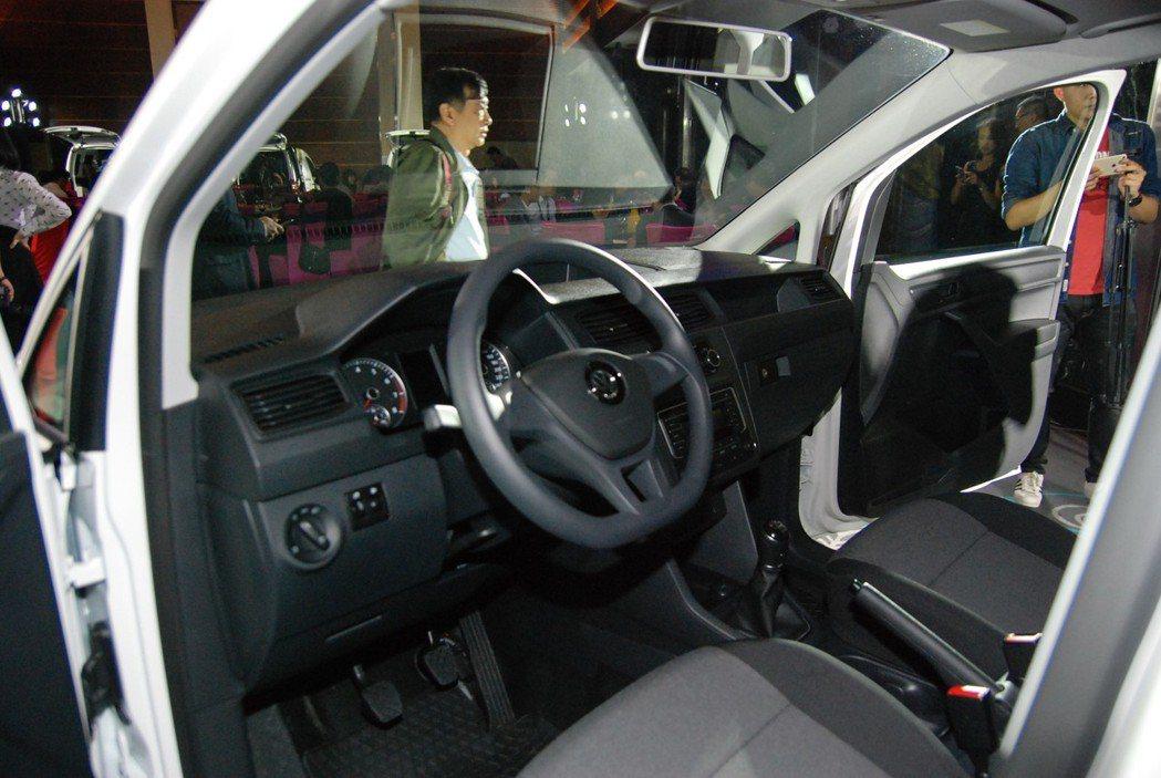 車室內配備電子空調系統、Composition Audio 原廠音響系統等。 記...