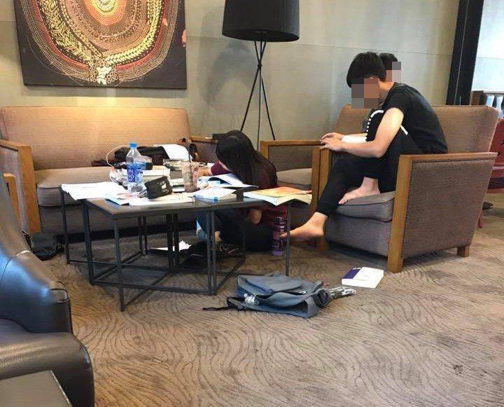 有民眾到星巴克消費時看到幾名年輕人K書,當中還有一人光著腳踩在沙發上。 圖擷自爆...