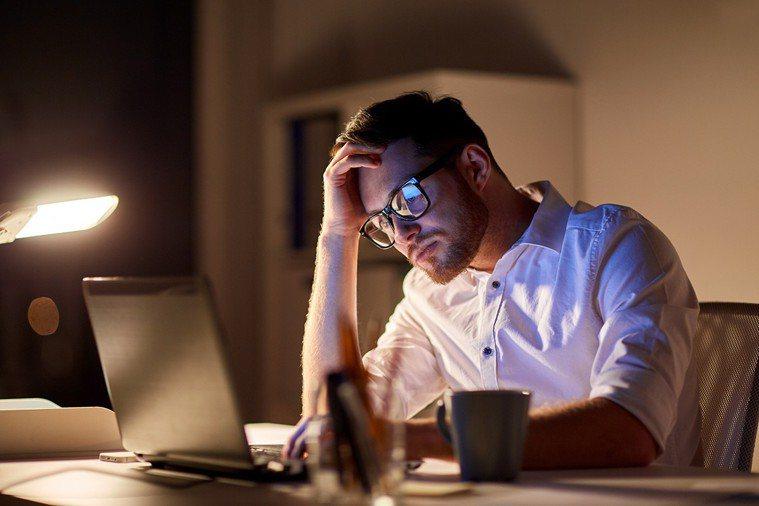 「熬夜」是眾所皆知的傷肝習慣。 圖片/ingimage