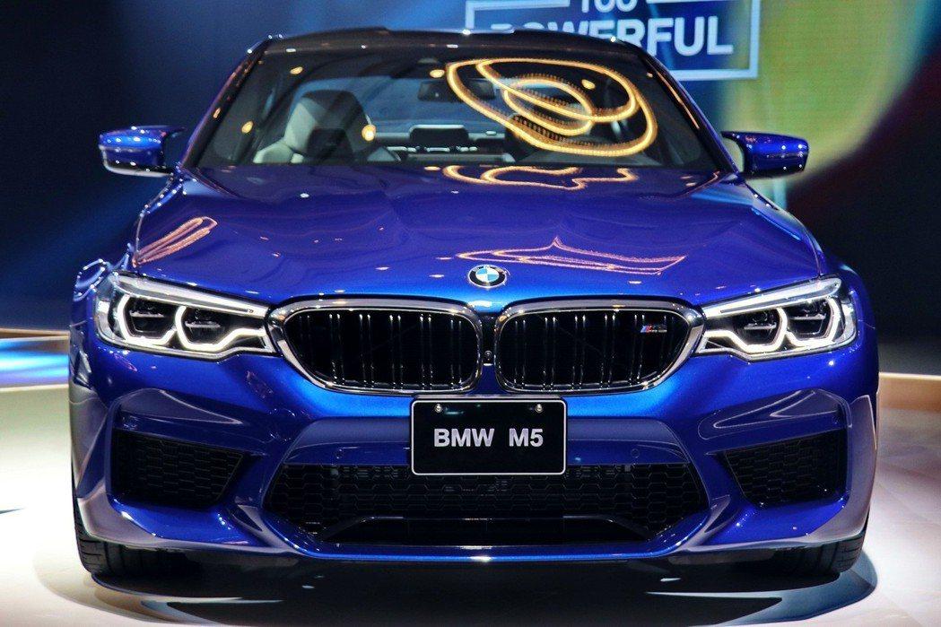 全新BMW M5採用專屬的M設計語彙,全車搭載M空力套件含新設計的後下擾流、側裙、M擾流尾翼。 記者陳威任/攝影