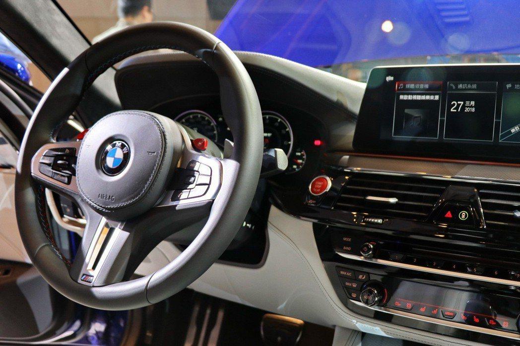 BMW M5車室內有諸多紅色元素的按鈕。 記者陳威任/攝影
