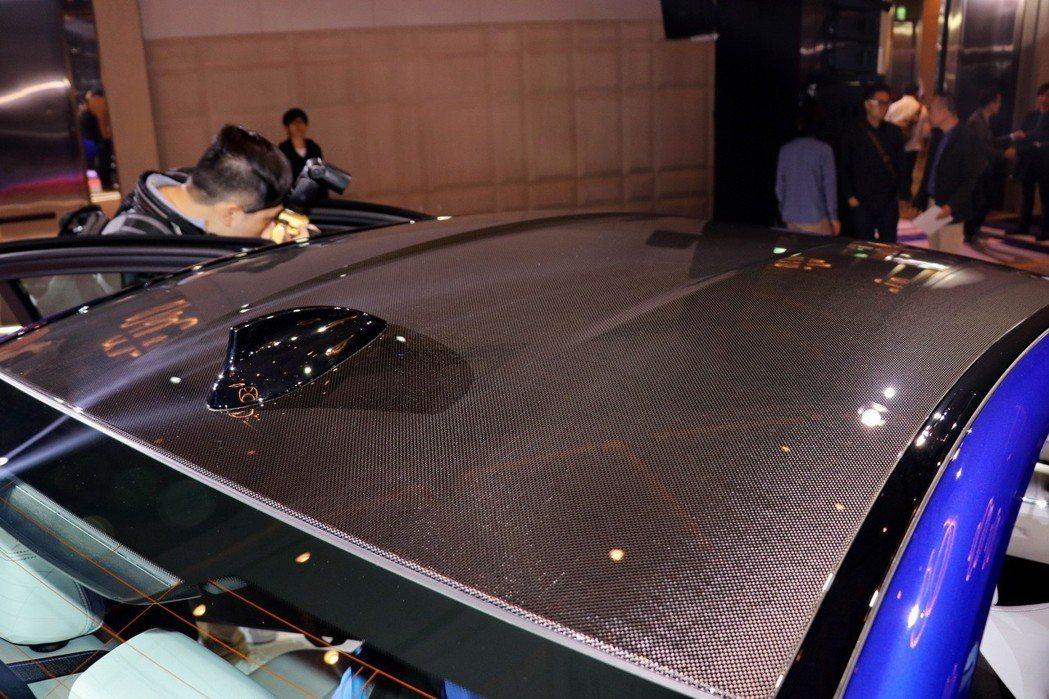 車頂採用碳纖維強化塑料(CFRP)材質。 記者陳威任/攝影