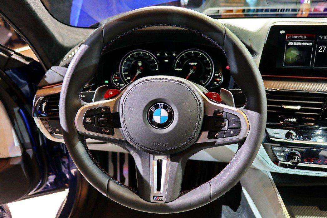 全新BMW M5的M專屬多功能真皮方向盤的換檔撥片旁新增了兩顆紅色按鈕M1與M2,提供兩組個人化駕駛動態設定。 記者陳威任/攝影