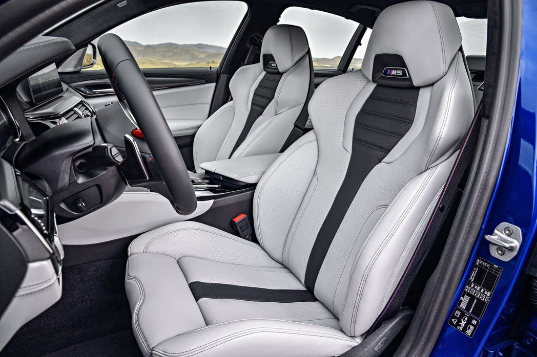 M雙前座電動跑車座椅採Merino頂級真皮材質,既符合人體工學設計,且擁有絕佳的包覆性與支撐性。 圖/汎德提供