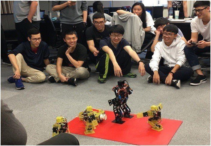 「雙足機器人硬體與軟體設計」課程學員實際操作及模擬機器人格鬥技! 中科管理局/提...