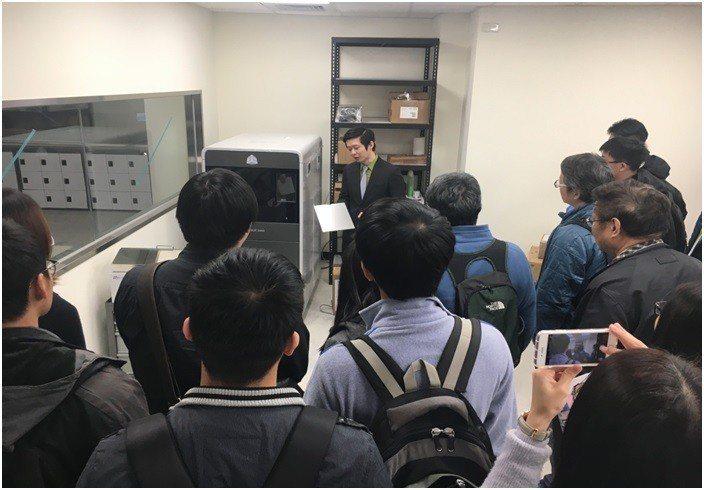 「高階3D列印基礎概論」課程講師介紹3D列印機。 中科管理局/提供