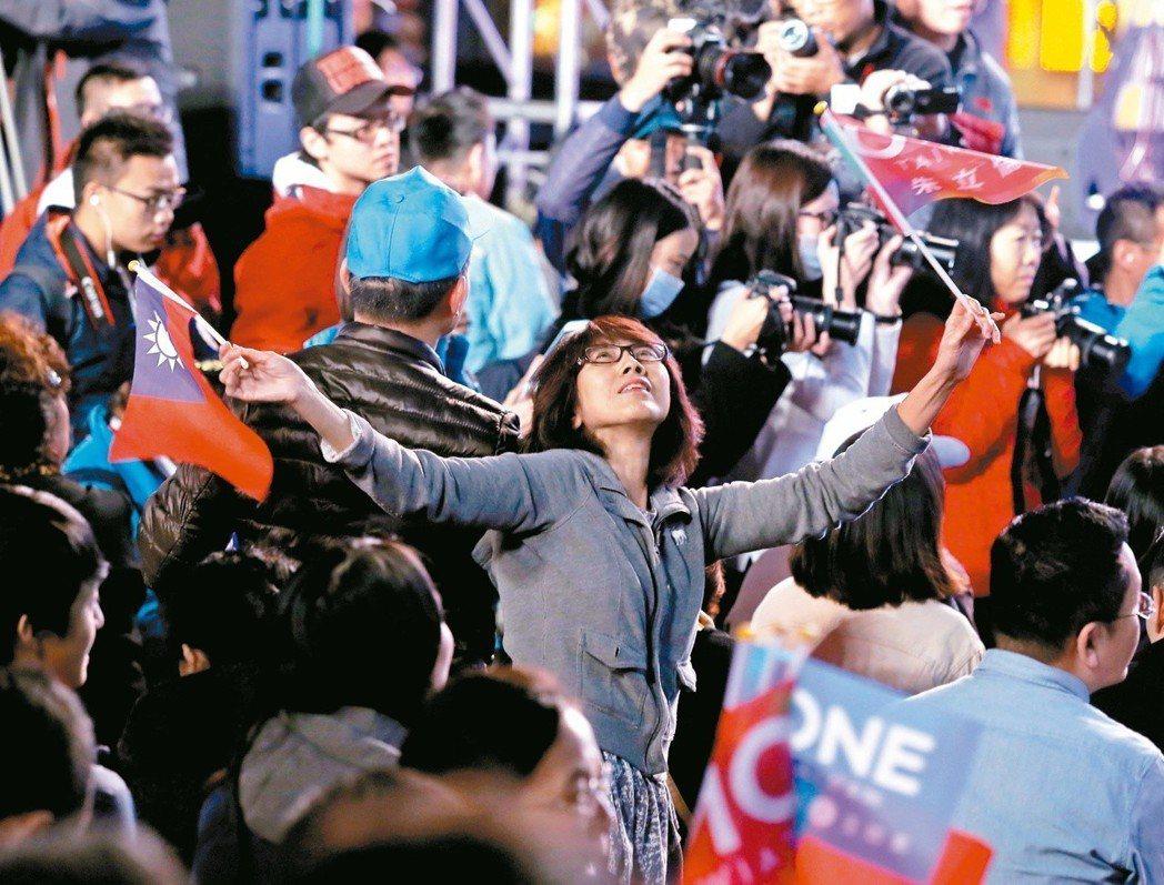 2016總統及立委選舉開票結果出爐,國民黨敗選,朱立倫競選總部外支持者氣氛低迷。...