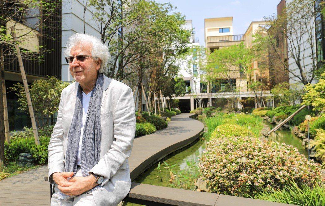 德國生態建築教父Joachim EBLE靜靜的坐在「翡翠森林」生態池旁,感受風光...