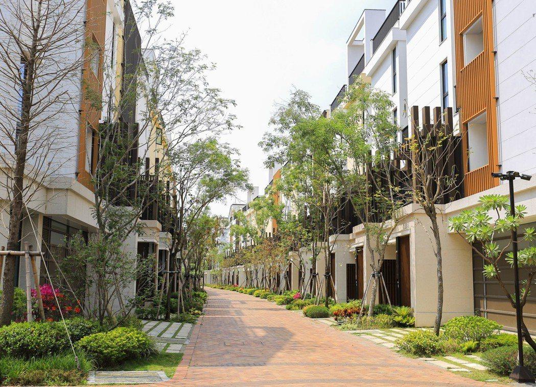 「翡翠森林」社區道路和住家有適當間距,以便創造出讓風行走的風廊,居住其間可以感受...