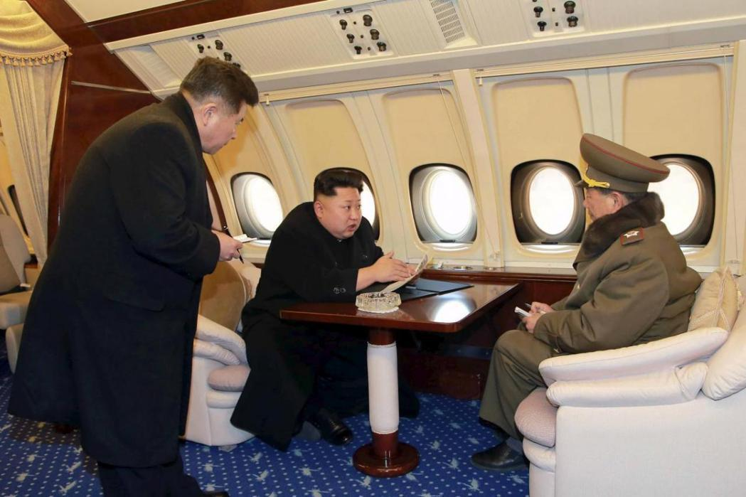 金正恩在北韓國內視察時頗愛搭飛機,圖為北韓官方發布金正恩在專機機艙內的照片。 (...
