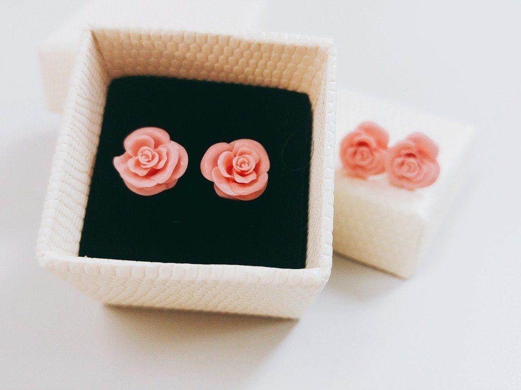 臺北科大「大量客製化基層製造研發中心」製作的玫瑰耳環,3D列印應用層面廣泛,中心...