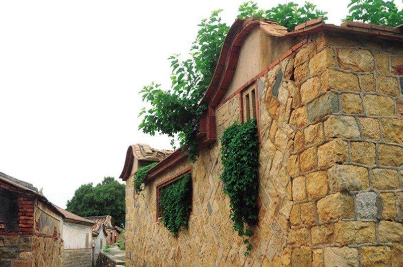 馬背、石牆面是金門建築特色,與自然環境融為一體,也刻劃著歷史遺留的痕跡。