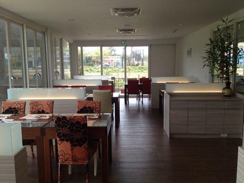 以大面玻璃落地窗打造的室內空間,營造舒適自在氛圍,讓在此用餐成為一種享受。