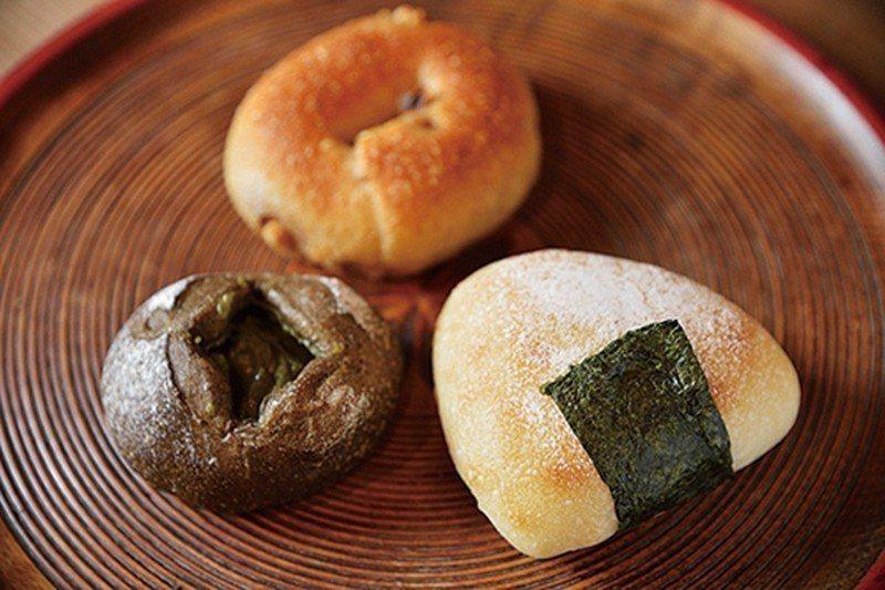 酒種酵母飯糰麵包(¥180),包有自家製味噌、起司等(右前),此外也有蘋果酵母製...