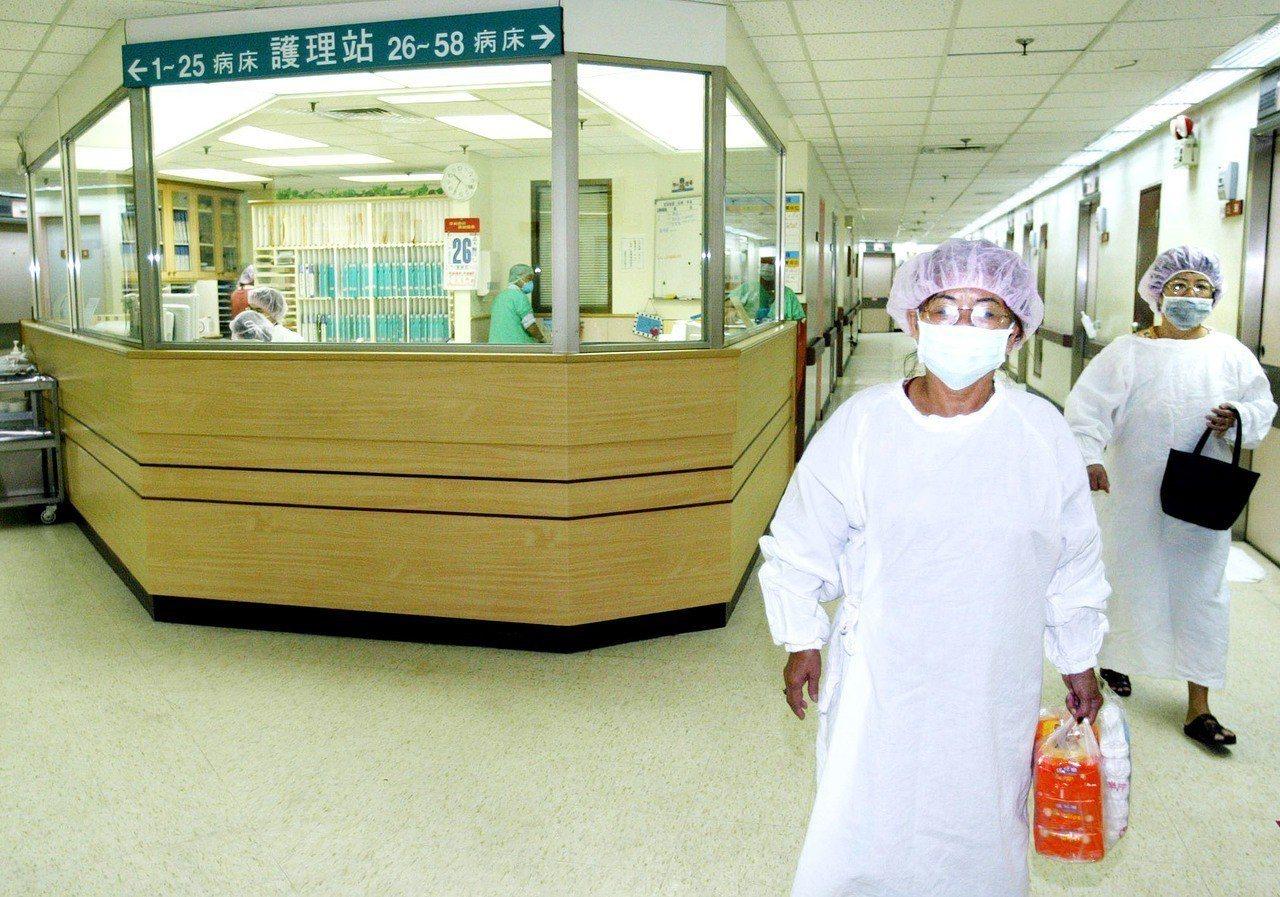 肺結核病人家屬與病患面會時,必須穿著隔離衣才許進入肺結核病房。圖/報系資料照