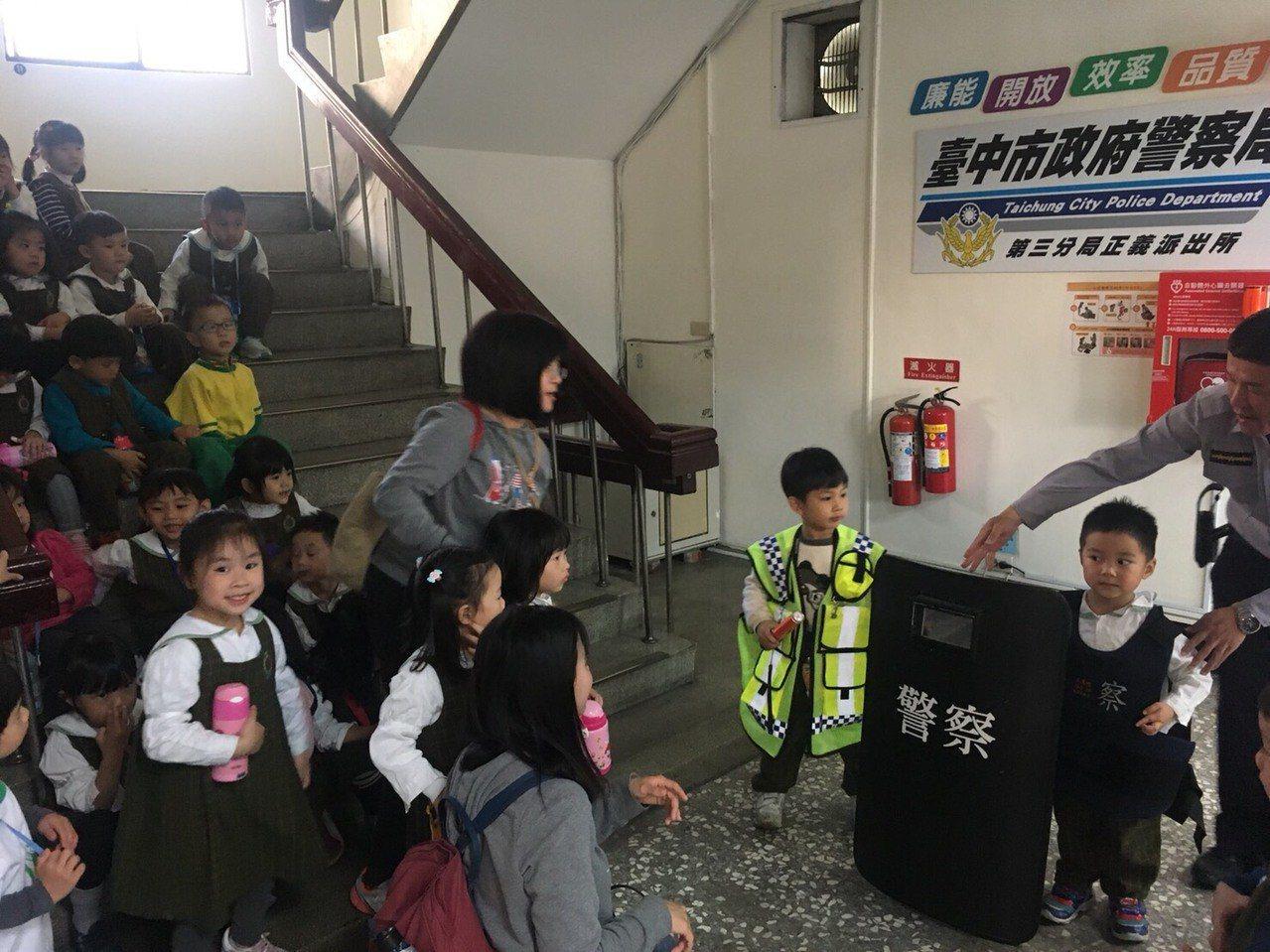 小朋友參觀派出所,台中市第三分局正義派出所員警解說警察工作。記者游振昇/翻攝