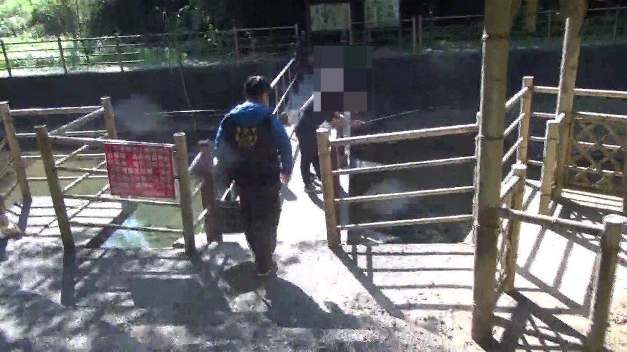 兩名高中生在封溪保育河段釣魚,被動保人員人贓俱獲。圖/基隆市動保所提供