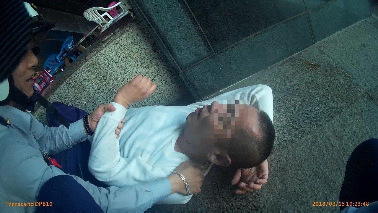 新竹市張姓男子涉嫌吸食毒品,搭車到高雄,因毒癮發作在昏睡在台鐵新左營站走道。記者...