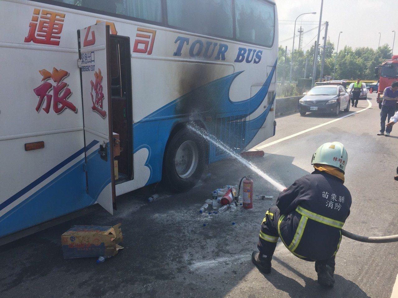 一輛載陸客19人的遊覽車在國道1號苗栗交流附近爆胎冒出火花,及時撲滅有驚無險。記...